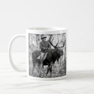 Teddy Roosevelt que monta un alce de Bull Taza