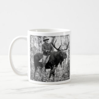 Teddy Roosevelt que monta un alce de Bull Taza Básica Blanca