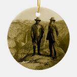 Teddy Roosevelt y John Muir en el punto del Adorno Navideño Redondo De Cerámica