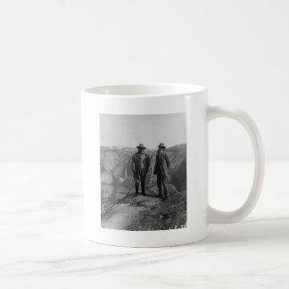 Teddy Roosevelt y John Muir en Yosemite Taza De Café