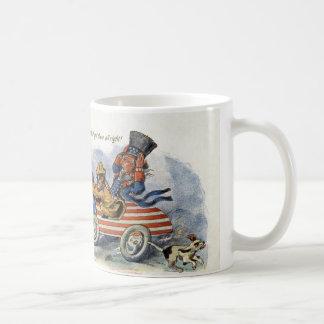 Teddy Roosevelt y tío Sam en auto patriótico Taza De Café