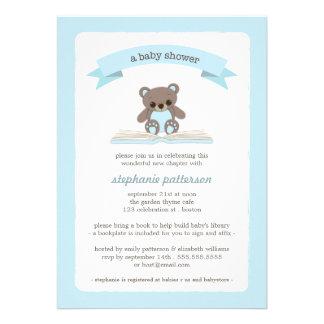 Teddybear azul trae una invitación de la fiesta de