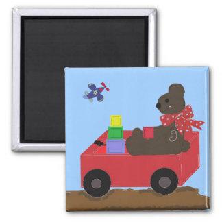 Teddybear en un carro rojo imán de frigorífico