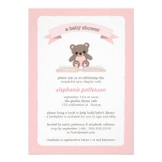 Teddybear rosado trae una invitación de la fiesta