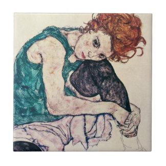 Teja asentada Schiele de la mujer de Egon