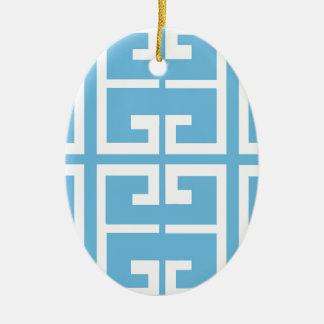 Teja azul clara y blanca adorno navideño ovalado de cerámica
