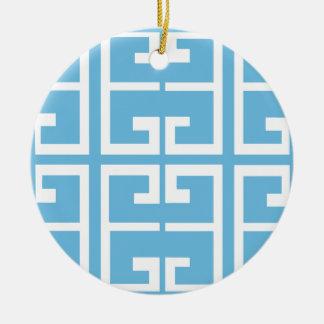 Teja azul clara y blanca adorno navideño redondo de cerámica