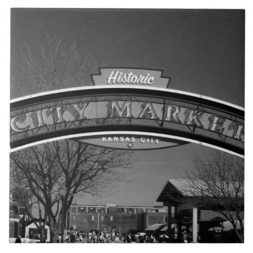 Teja blanco y negro del mercado de la ciudad