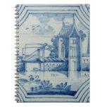 Teja de Delft que muestra un puente levadizo sobre Libretas Espirales