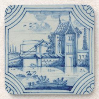 Teja de Delft que muestra un puente levadizo sobre Posavasos