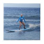 Teja de la persona que practica surf del chica