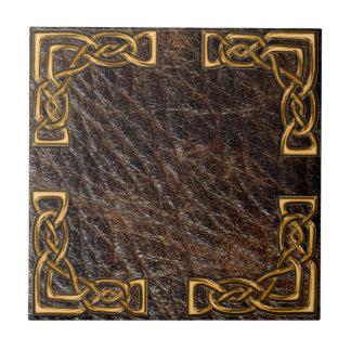 Teja del celtic del cuero y del oro