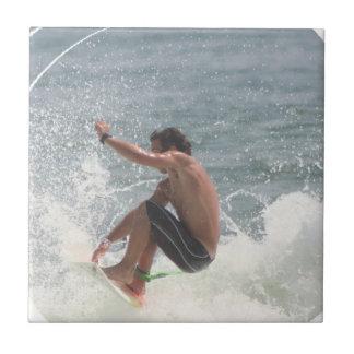 Teja del gancho agarrador que practica surf
