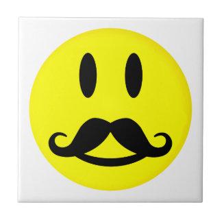 Teja feliz del smiley del bigote