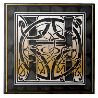 Teja negra céltica de la inicial del monograma de