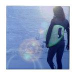 Teja solitaria de la persona que practica surf