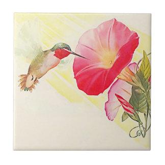 Teja Throated de rubíes de la flor del pájaro del