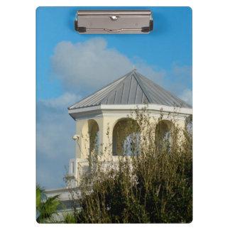 tejado del chapitel contra el cielo azul y los