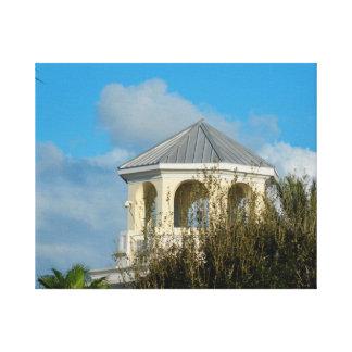 tejado del chapitel contra el cielo azul y los lona envuelta para galerias