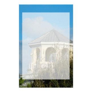 tejado del chapitel contra el cielo azul y los papeleria