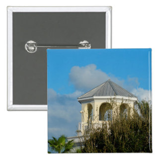 tejado del chapitel contra el cielo azul y los pin cuadrada 5 cm