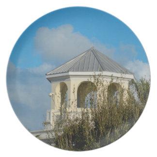 tejado del chapitel contra el cielo azul y los platos