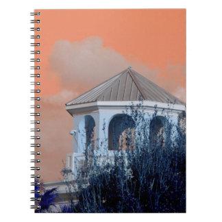 tejado del chapitel contra el cielo y los árboles libreta espiral
