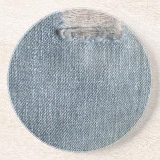 Tejanos descolorados del dril de algodón con los a posavasos para bebidas