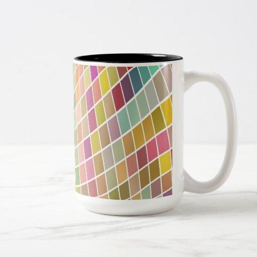Tejas coloreadas en un modelo ondulado taza
