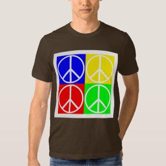Tejas del signo de la paz en camisa de cuatro