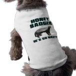 Tejón de miel él es tan desagradable camisa de mascota