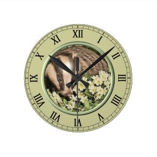 Tejón en el banco de la primavera relojes