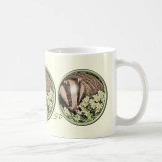 Tejón en el banco de la primavera tazas de café