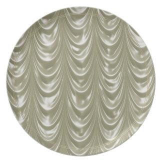 Tela de satén color nata con el modelo horneado a plato de comida
