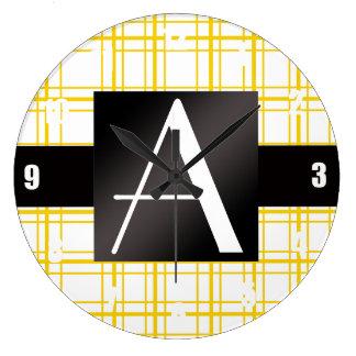Tela escocesa amarilla del monograma reloj de pared