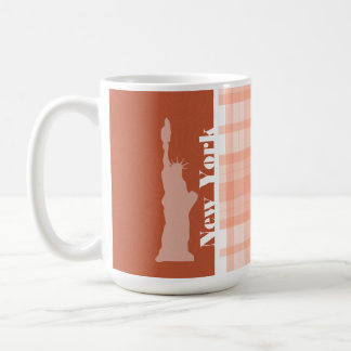 Tela escocesa anaranjada linda; estatua de la libe taza de café
