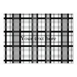 Tela escocesa blanco y negro moderna invitación 12,7 x 17,8 cm