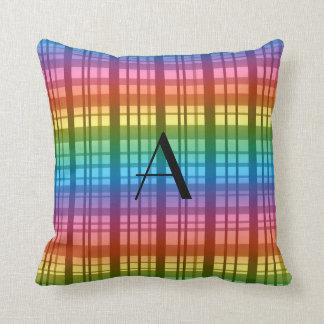 Tela escocesa del arco iris del monograma almohadas
