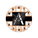 Tela escocesa del naranja del monograma relojes de pared