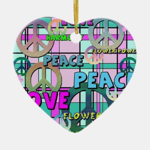 Tela escocesa rosada retra de la paz y del flower adorno navideño de cerámica en forma de corazón