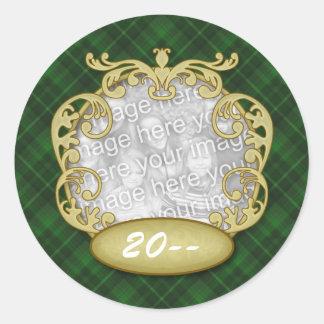 Tela escocesa verde del primer navidad del bebé pegatina redonda