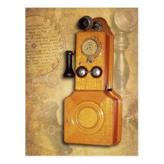 Teléfono de madera antiguo de la pared postal