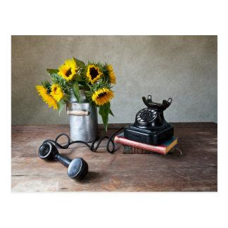 Teléfono y girasoles postal
