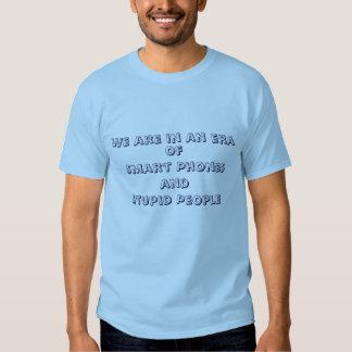Teléfonos elegantes y camiseta estúpida de la playeras