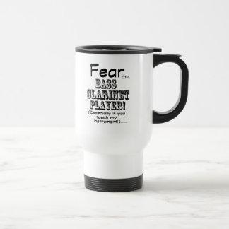 Tema al jugador del clarinete bajo tazas de café