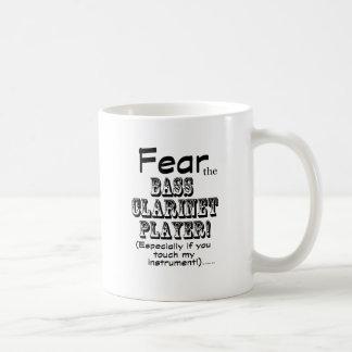 Tema al jugador del clarinete bajo taza de café
