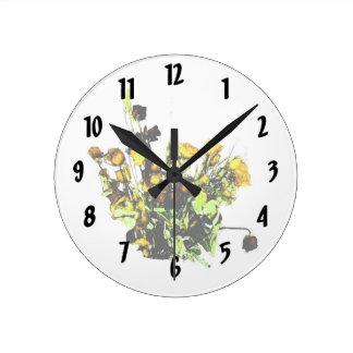 Tema color de rosa secado del amarillo del arreglo reloj