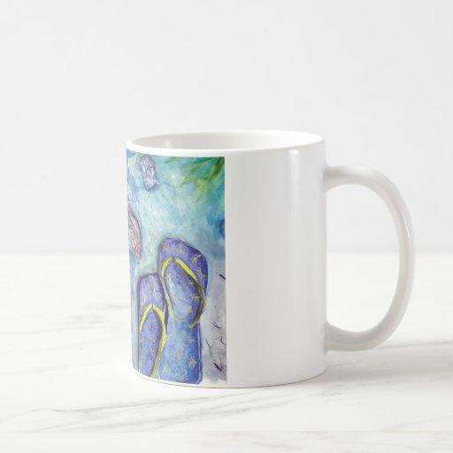 Tema de la playa de los flips-flopes de la taza de café