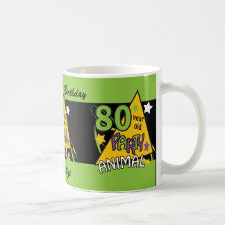 Tema del cumpleaños del juerguista de 80 años taza clásica