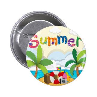 Tema del verano con los objetos de la playa pin redondo 5 cm